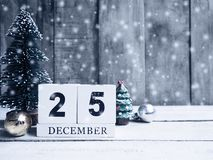 Fecha civil y ornamento de madera de la Navidad con nieve en los vagos de madera Imagen de archivo libre de regalías