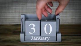 fecha de determinación 30 en el calendario de madera del cubo por los meses de enero almacen de metraje de vídeo