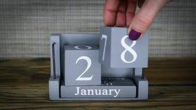 fecha de determinación 28 en el calendario de madera del cubo por los meses de enero metrajes