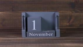 fecha de determinación 10 en el calendario de madera del cubo por los meses de noviembre almacen de video