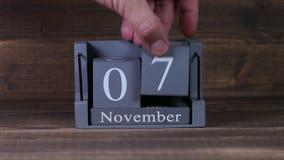 fecha de determinación 07 en el calendario de madera del cubo por los meses de noviembre almacen de metraje de vídeo