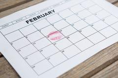 Fecha de la marca del lápiz labial el 14 de febrero del calendario Imagen de archivo libre de regalías