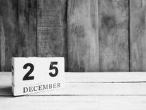 Fecha de madera blanca 25 de la demostración del calendario de bloque y mes diciembre en w Imagen de archivo libre de regalías