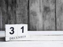 Fecha de madera blanca 31 de la demostración del calendario de bloque y mes diciembre en w Fotografía de archivo libre de regalías