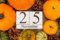 Fecha 25 de noviembre, acción de gracias, calabazas rodeadas Fotografía de archivo libre de regalías