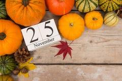 Fecha 25 de noviembre, acción de gracias rodeada con las calabazas Fotos de archivo libres de regalías