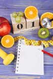 Fecha del 1 de enero, de frutas, de pesas de gimnasia y de la cinta métrica, Años Nuevos de resoluciones Fotografía de archivo