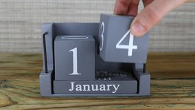 fecha 14 en el calendario de madera del cubo por los meses de enero almacen de video
