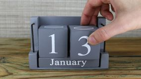 fecha 13 en el calendario de madera del cubo por los meses de enero almacen de video