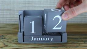 fecha 12 en el calendario de madera del cubo por los meses de enero metrajes