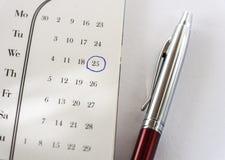 Fecha importante en calendario y pluma Fotografía de archivo