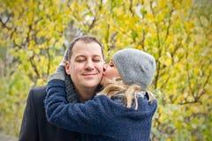 Fecha. La mujer joven besa a un hombre sonriente. Foto de archivo libre de regalías