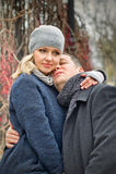 Fecha. La mujer rubia joven abraza a un hombre al aire libre Imagen de archivo libre de regalías