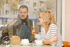 Fecha. Mujer joven atractiva y su novio Imagen de archivo