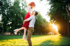 Fecha romántica, abarcamiento de los pares del amor Fotos de archivo libres de regalías