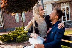Fecha romántica Adultos jovenes hombre y mujer en un banco en la ciudad Fotos de archivo libres de regalías