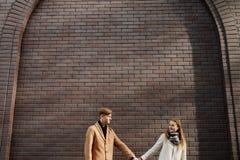Fecha romántica de los adultos jovenes feliz junto Fotos de archivo libres de regalías