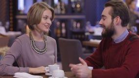 Fecha romántica de los pares felices jovenes en el restaurante almacen de video