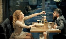 Fecha romántica de pares en amor relación romántica del hombre y de la mujer en café imagen de archivo libre de regalías