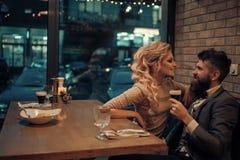 Fecha romántica de pares en amor relación romántica del hombre y de la mujer en café imagenes de archivo