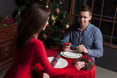 Fecha romántica de pares jovenes en el restaurante de lujo Imagen de archivo libre de regalías