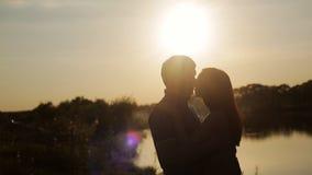 Fecha romántica en la puesta del sol Paseo de los amantes que lleva a cabo las manos Historia de amor honeymoon Amor en la primer almacen de video