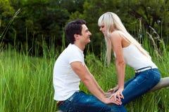 Fecha romántica en parque. Fotografía de archivo libre de regalías