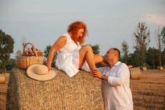 Fecha romántica en recientemente un campo del corte cerca de un pajar Foto de archivo
