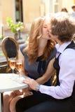 Fecha romántica en un café Foto de archivo libre de regalías