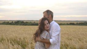 Fecha romántica en un campo de trigo, el par del amor abraza metrajes