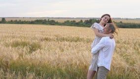 Fecha romántica en un campo de trigo, el par del amor abraza almacen de video