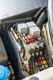 Fechado acima da caixa do fusível do carro, dos mini fusíveis e dos relés foto de stock