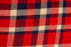 Fechado acima da textura do teste padrão do bluee, o branco e o vermelho do moderno da camisa da verificação fotografia de stock