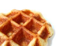 Fechado acima de um waffle belga Mouthwatering isolado no fundo branco com espaço livre para o projeto ou o texto imagem de stock royalty free