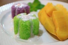 Fechado acima do arroz pegajoso Mouthwatering derramado com o leite de coco servido com a manga madura fresca fotos de stock