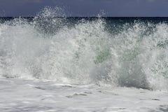 Fechado acima do inchamento majestoso de turquesa que deixa de funcionar na praia em um dia de verão do céu azul em Sicília imagens de stock royalty free