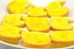 Fechado acima dos biscoitos na placa branca Imagem de Stock Royalty Free