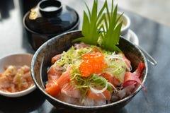 Fechado-acima uma bacia do arroz do salmão Imagens de Stock