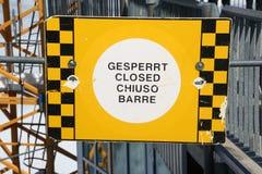 Fechado chequered amarelo e preto assina dentro quatro línguas, Zugspitze Fotos de Stock Royalty Free