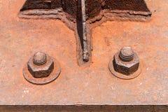 Fechado nuts do metal oxidado velho com oxidação e parafusos velhos da corrosão foto de stock royalty free