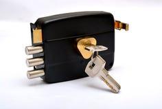 Fechadura da porta com chaves isolada na segurança branca Fotografia de Stock