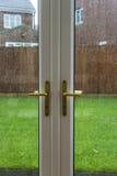 Fechadura da porta com chover fora fotos de stock royalty free