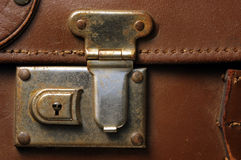 Fechamento da mala de viagem foto de stock