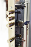 Fechamento da secadora de roupa do Pin com chave fotografia de stock royalty free