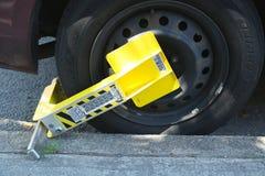 Fechamento de roda em um carro ilegal estacionado em Brooklyn, NY Imagens de Stock Royalty Free
