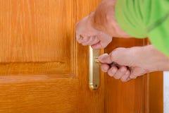 Fechamento de segurança em uma porta de madeira fotografia de stock royalty free