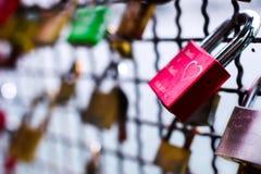 Fechamento do amor em uma ponte Fotos de Stock