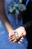 Fechamento do casamento nas mãos dos recém-casados Imagens de Stock Royalty Free