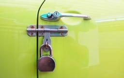 Fechamento do metal da cor do puxador da porta do carro, cadeado da proteção de segurança Fotografia de Stock