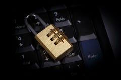 Fechamento dourado no teclado preto - conceito da segurança informática imagens de stock royalty free